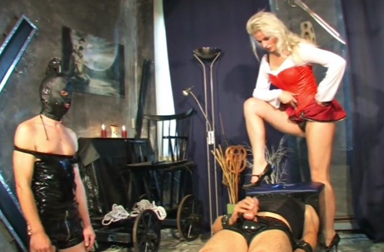 Lady Vic – Whipping and CBT Gruppen Drill Part 2